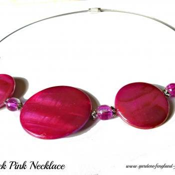 Sprayed shell necklace peacock collection pink